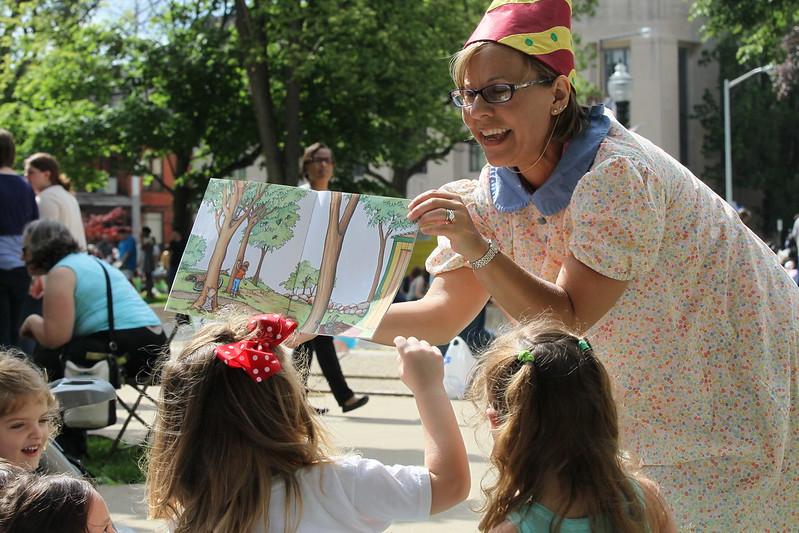 Vorleserin zeigt Kinderbuch