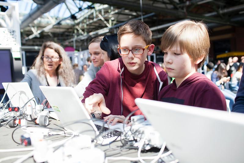 Kinder zeigen auf Laptop