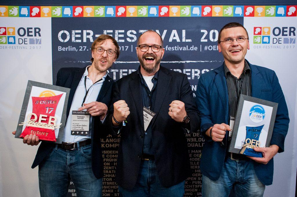 """Nominierter, Preisträger und Laudator des Sonder-Awards """"Geschäftsmodelle für OER"""", Foto von Andreas Domma für OERde17, CC 4.0"""