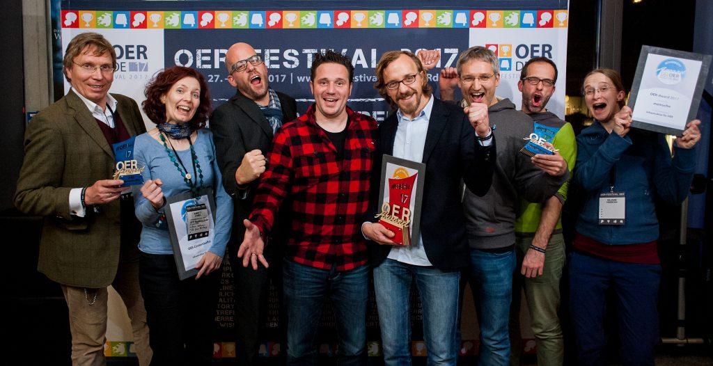 """Nominierte, Preisträger*innen und Laudator des Sonder-Awards """"Infrastruktur für OER"""", Foto von Andreas Domma für OERde17, CC 4.0"""