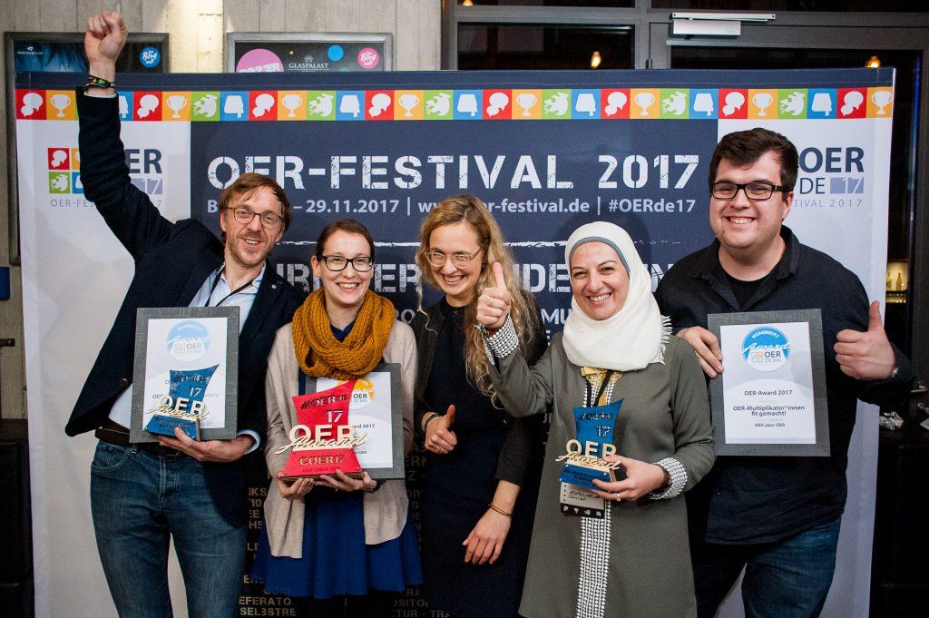 """Nominierte, Preisträger*innen und Laudatorin des Sonder-Awards """"OER über OER"""", Foto von Andreas Domma für OERde17, CC BY 4.0"""