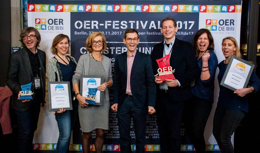 """Nominierte, Preisträger*innen und Laudator des Sonder-Awards """"Qualität für OER"""", Foto von Andreas Domma für OERde17, CC 4.0"""