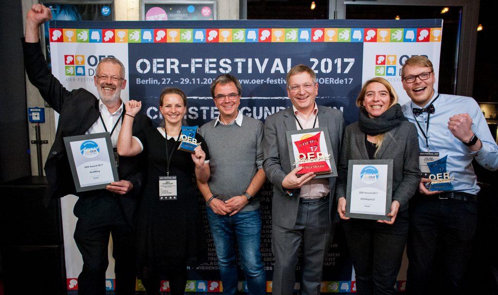 Nominierte, Preisträger und Laudator des Bildungsbereiches Schule, Foto von Andreas Domma für OERde17, CC BY 4.0
