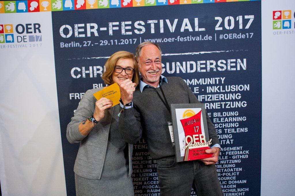 Laudatorin und Preisträger des Sonderpreises der Jury für K. Dautels ZUM-Seiten, Foto von Andreas Domma für OERde17, CC BY 4.0