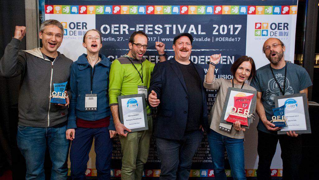 """Nominierte, Preisträger*innen und Laudator des Bildungsbereiches """"The Great Wide Open"""", Foto von Andreas Domma für OERde17, CC BY 4.0"""