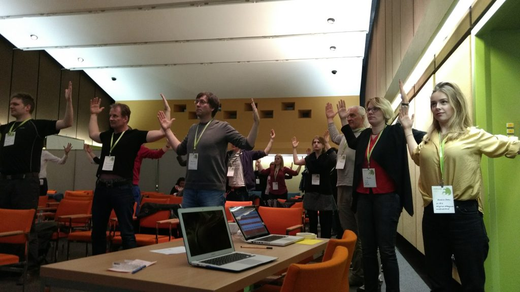 Offenheit musste auch beim Bewegungsprogramm nach der Mittagspause bewiesen werden, als durch das Netz Trainerin Annika Stein vom Landessportbund Rheinland Pfalz zugeschaltet wurde. Foto von Alexandra Hessler, CC BY 4.0