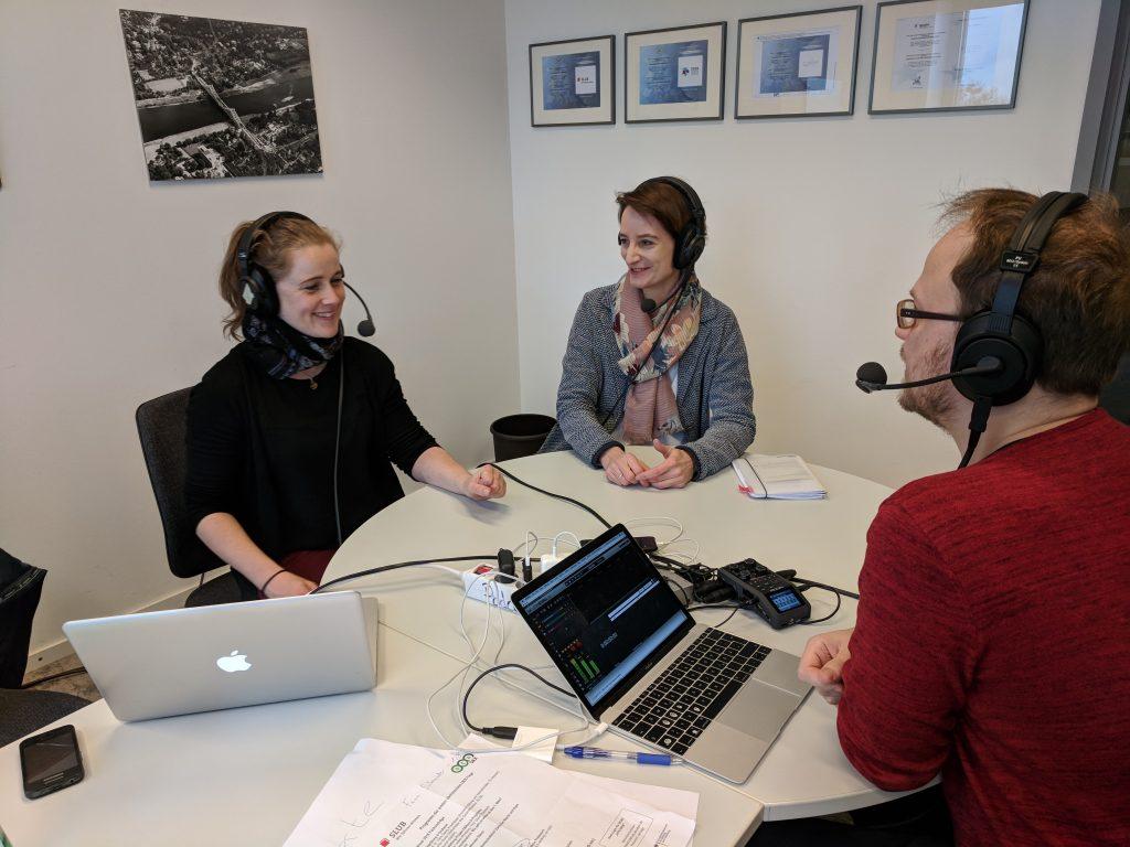 Aline Bergert (li) und Anne Lauber-Rönsberg (Mitte) im Gespräch mit Jöran Muuß-Merholz (re). Foto von Christina Schneider / SLUB, CC BY 4.0.