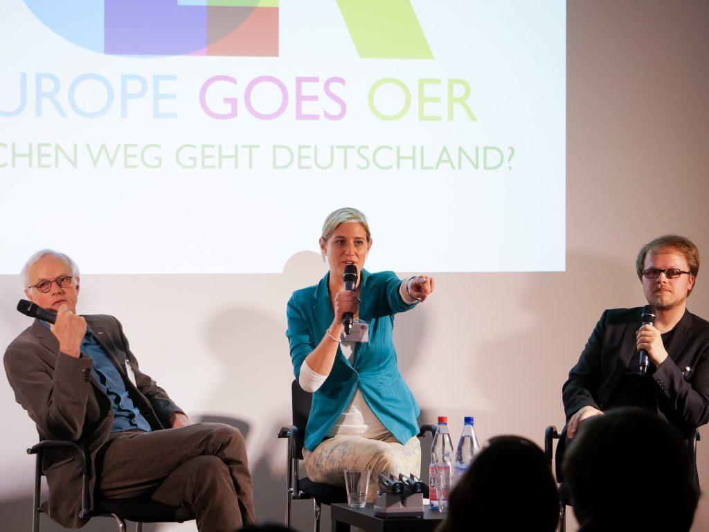 Wo geht es lang in Sachen OER? Fred Mulder, Nina Lindlahr, Jöran Muuß-Merholz am 3.4.2014 in Berlin. Foto von Sebastian Horndasch (WMDE, CC-BY-SA-3.0, via Wikimedia Commons)