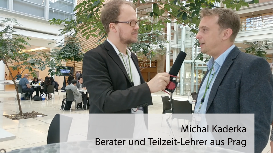 Michal Kaderka (re) und Jöran Muuß-Merholz im Gespräch. Screenshot aus dem Video.
