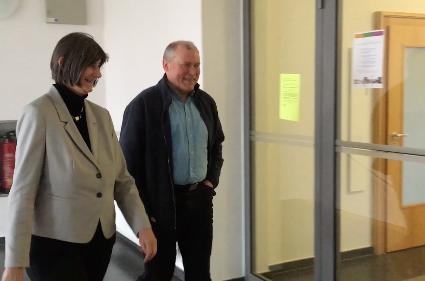Susanne Fitz und Johannes Phillip auf dem Weg zum Interview. Screenshot aus dem Video, nicht unter freier Lizenz.