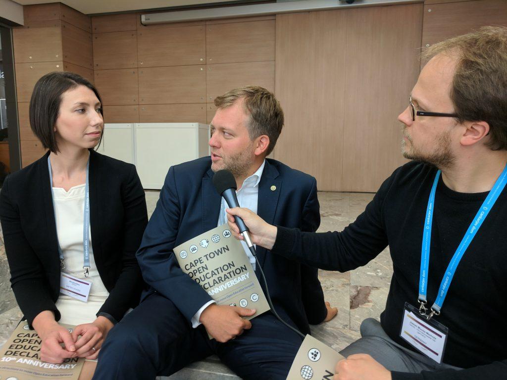 Nicole Allen (Links) und Alek Tarkowski (Mitte) im Gespräch mit Jöran Muuß-Merholz (Rechts). Foto von Chris Dies, CC BY 4.0