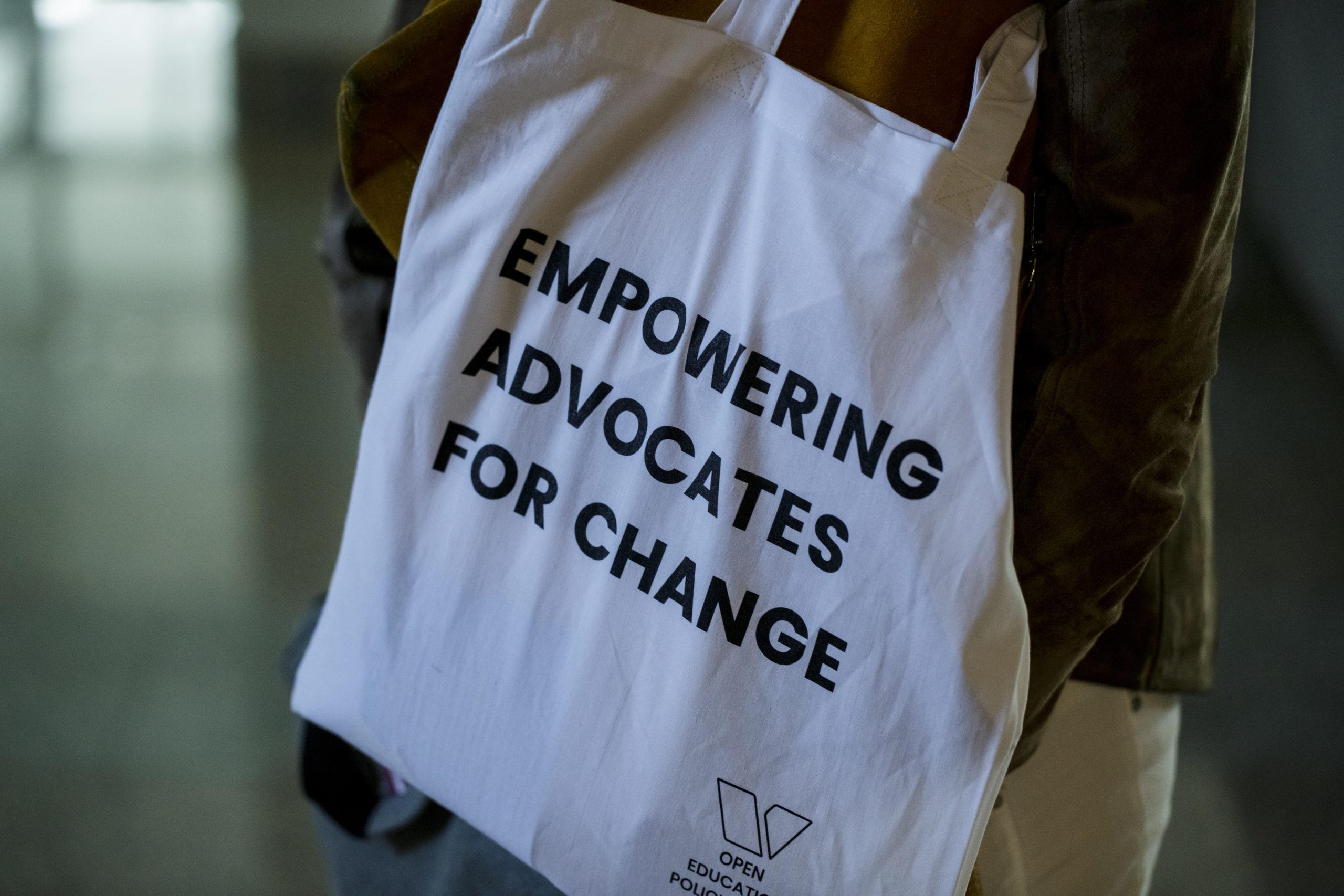 Jutebeutel mit Aufschrift: Empowering Advocates for Change