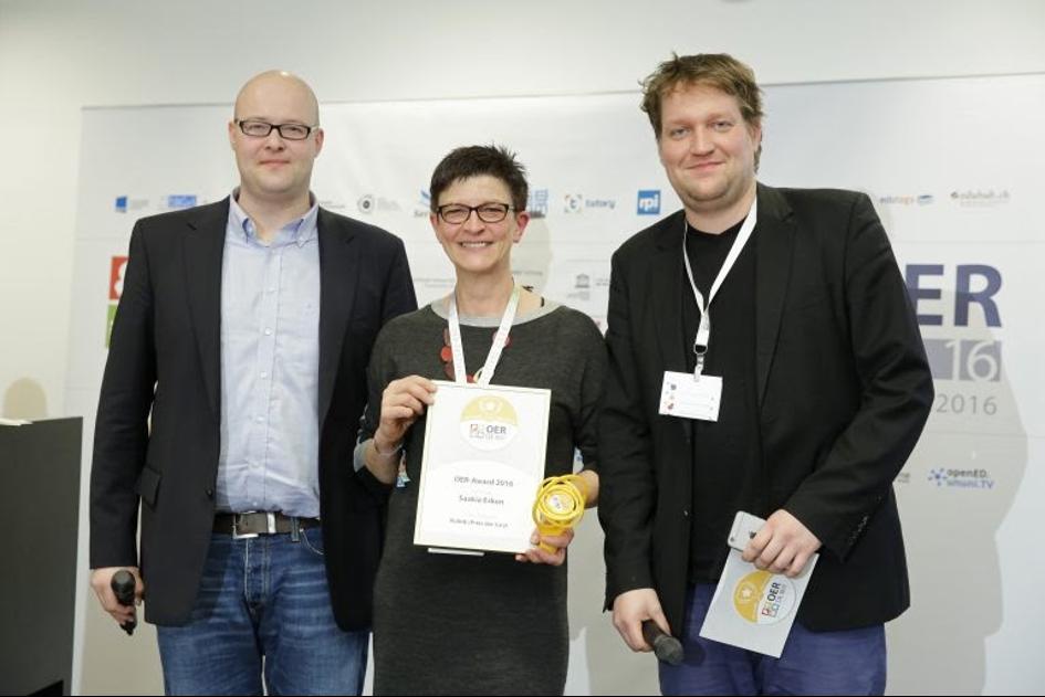 Saskia Esken hält die Siegerurkunde bei der Preisverleihung des OERAward 2016 in der Hand.