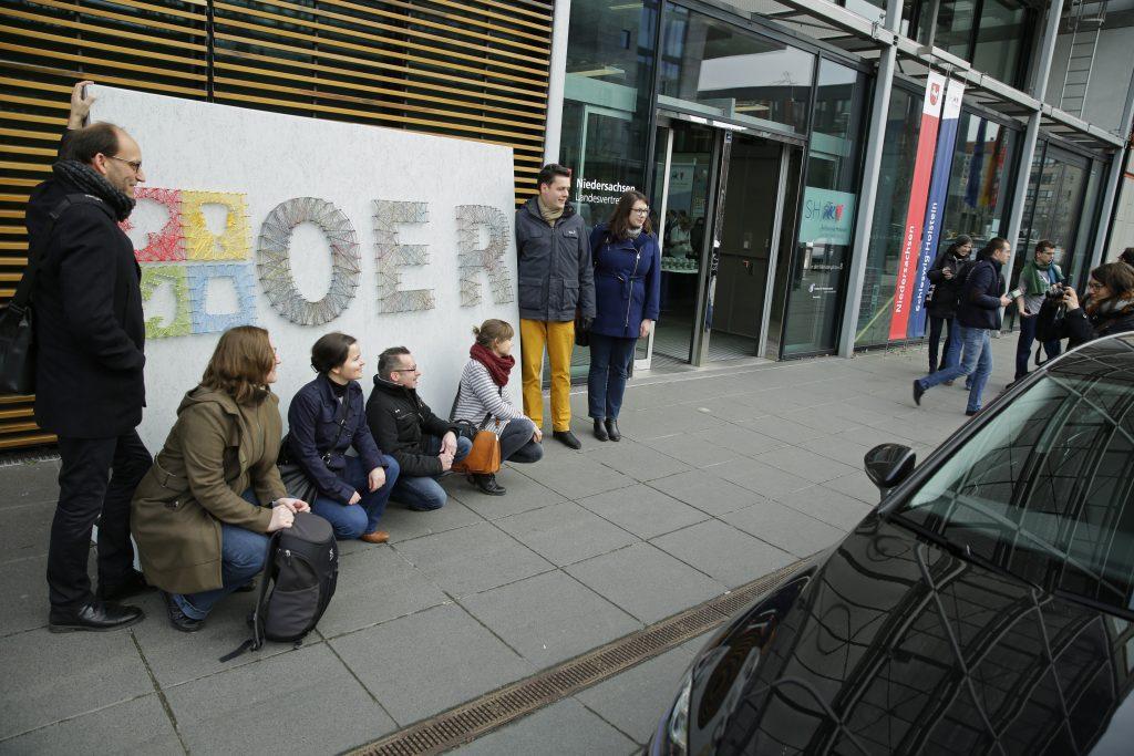 """vor der Tür: Das Kunstwerk """"OER als Vernetzung"""""""