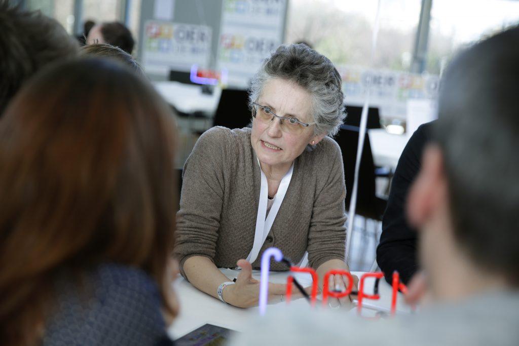 """Intensive Diskussionen am Thementisch """"OER für MINT"""", hier mit Maria Schumm-Tschauder von der Siemens Stiftung"""