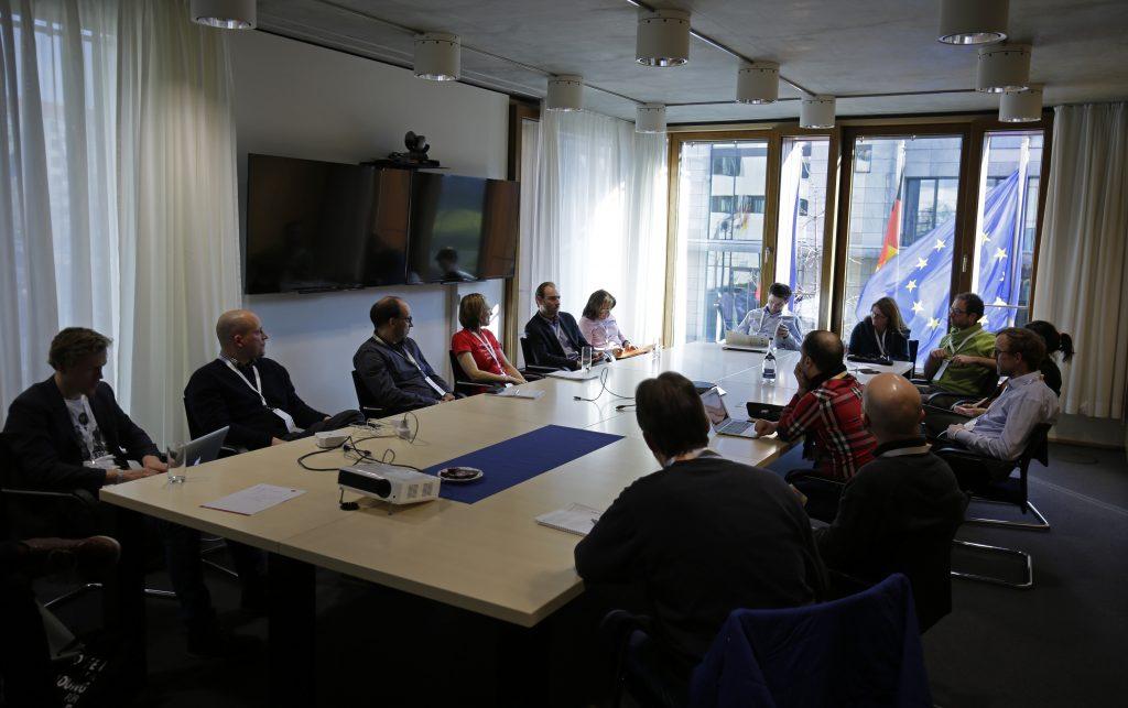 Panel vor wehender Europafahne