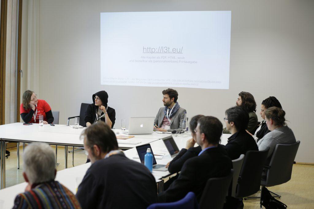 """Panel PaC15 """"Best Practice: OER und Hochschule"""" mit Anja Lorenz, Oncampus; Stephan Kulla, Serlo; Sebastian Horndasch, Stifterverband für die Deutsche Wissenschaft; Philip Schrenk, Co-Science; Anne-Christin Tannhäuser, Open Educational Ideas"""