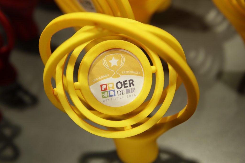 Die Pokale zum OER-Award 2016 (eine Armillarsphäre)