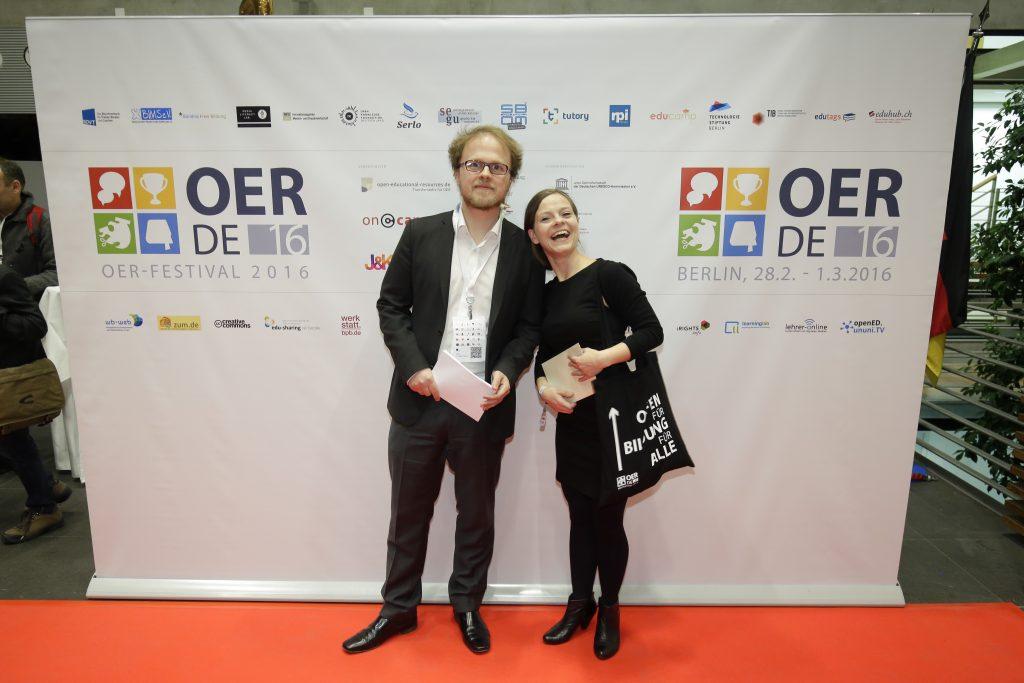 auf dem roten Teppich: Gastgeber Jöran Muuß-Merholz und OERcamp-Koordinatorin Kristin Narr
