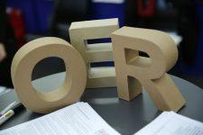 Die Buchstaben OER auf einem Tisch