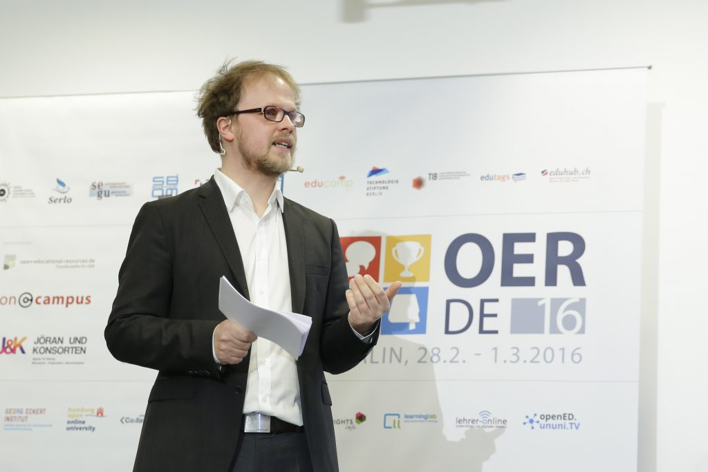 Gastgeber Jöran Muuß-Merholz erklärt das Vorgehen