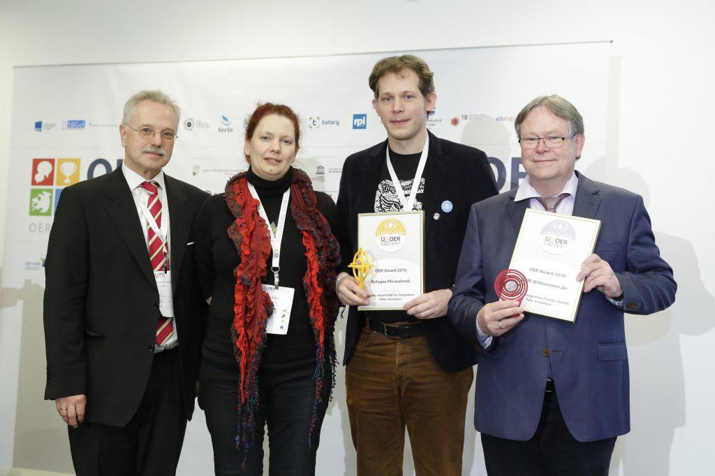 OER-Award 2016 in der Kategorie OER für Integration – Angebote für Flüchtlinge für Refugee Phrasebook. Weiterer Nominierter: Zentrale für Unterrichtsmedien im Internet e.V. v.l.n.r. Laudator Prof. Dr. Rolf Granow (Oncampus), Laudatorin Annett Zobel (edu-sharing Network), Markus Neuschäfer (Refugee Phrasebook), Karl-Otto Kirst (ZUM-Willkommen.de).