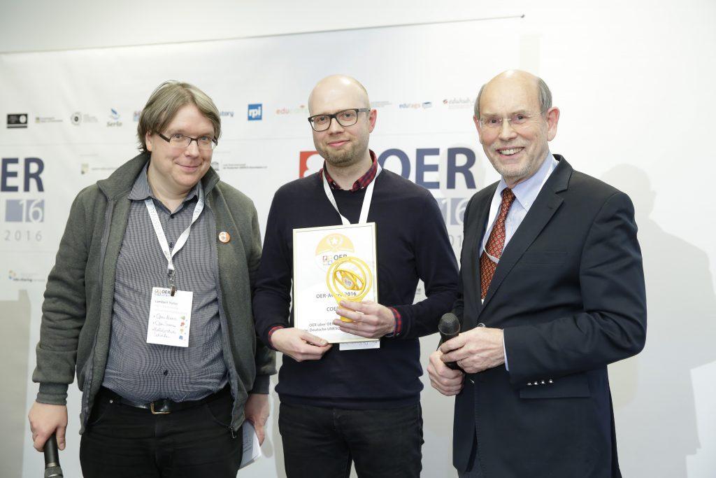 OER-Award 2016 in der Kategorie OER über OER – Angebote zum Thema Open Educational Resources für COER13. v.l.n.r. Laudator Lambert Heller (Technische Informationsbibliothek (TIB)), Markus Schmidt (COER13), Laudator Walter Hirche (Deutsche UNESCO-Kommission e.V.).