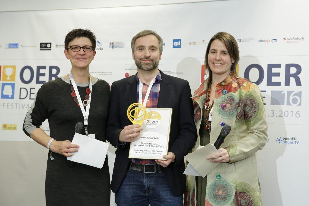 OER-Award 2016 in der Kategorie Die konsequentesten OER-Förderer und -Wegbereiter für bpb. v.l.n.r. Laudatorin Saskia Esken, SPD, Tim Schmalfeldt (bpb), Laudatorin Dr. Sandra Schön (BIMS eV).