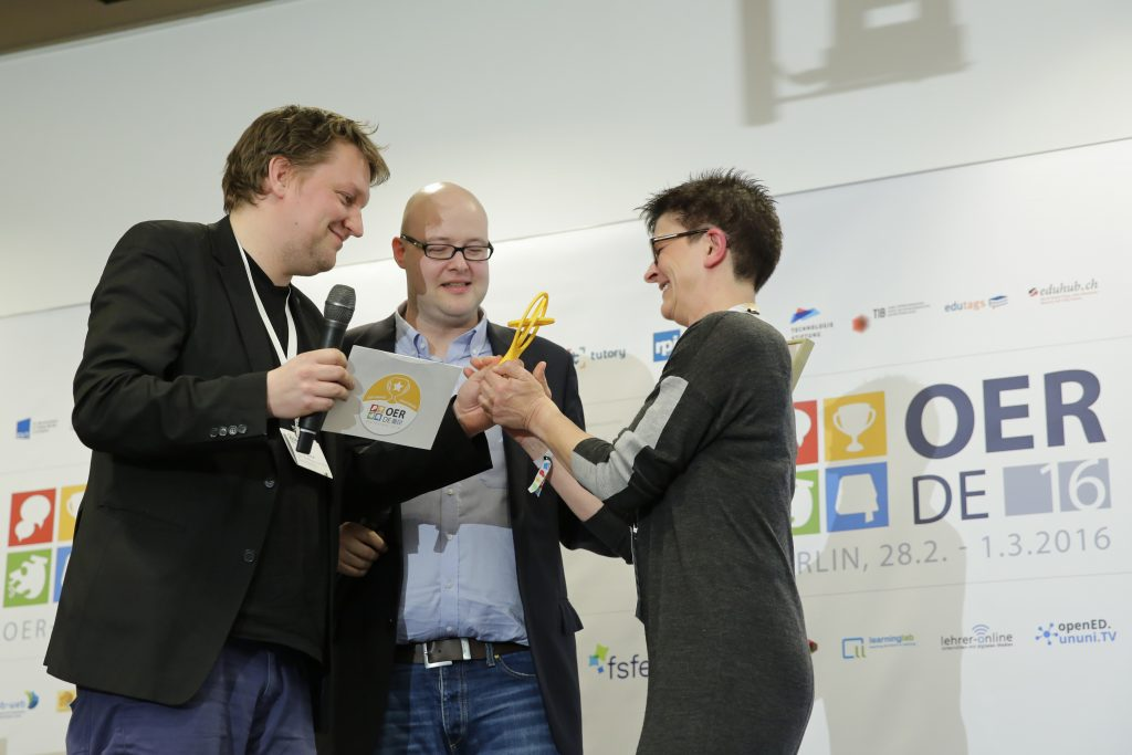 OER-Award 2016 in der Kategorie Politik für Saskia Esken, SPD v.l.n.r. Laudator Christian Heise ( Open Knowledge Foundation Deutschland & Bündnis Freie Bildung), Laudator Univ.-Prof. Dr. Leonhard Dobusch (Universität Innsbruck), MdB Saskia Esken.