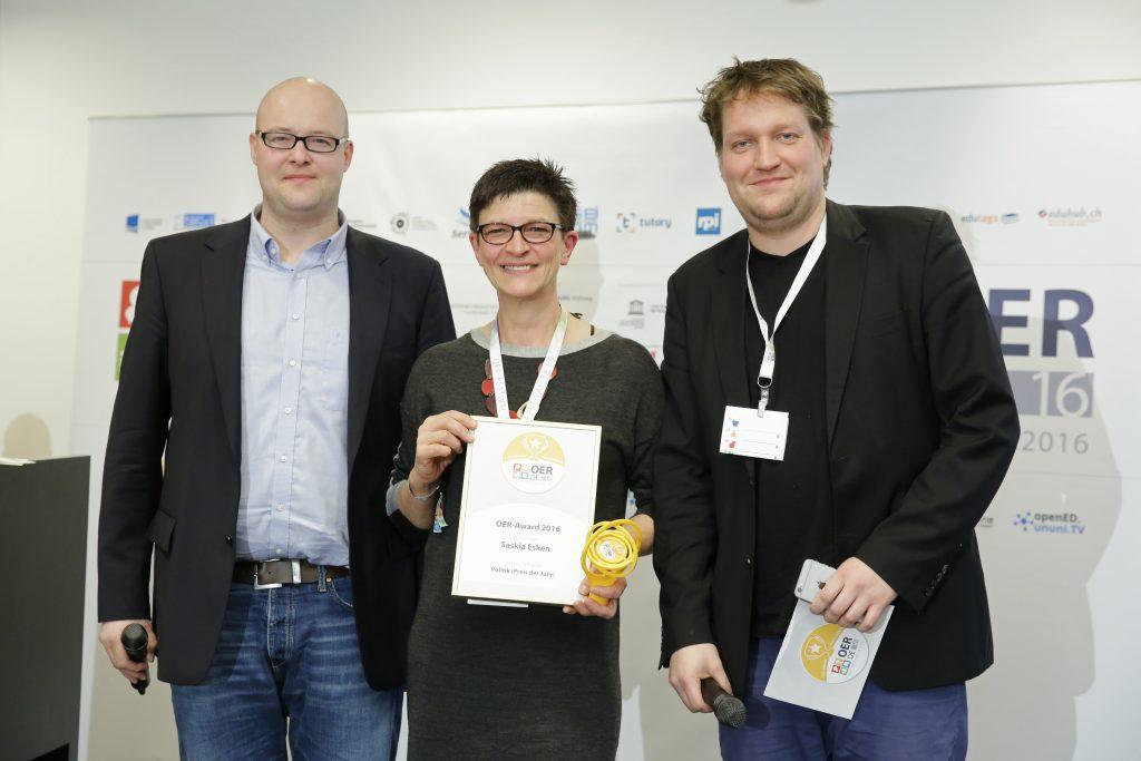 OER-Award 2016 in der Kategorie Politik für Saskia Esken, SPD v.l.n.r. Laudator Univ.-Prof. Dr. Leonhard Dobusch (Universität Innsbruck ), MdB Saskia Esken, Laudator Christian Heise (Open Knowledge Foundation Deutschland & Bündnis Freie Bildung).