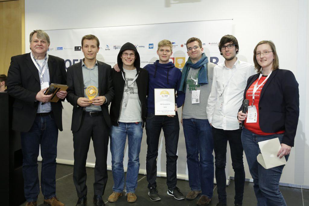 OER-Award 2016 in der Kategorie Riesiger Impact: Große OER-Projekte für Serlo. v.l.n.r. Laudator Dr. Dieter Müller (Technologiestiftung Berlin), Simon Köhl, Stephan Kulla, Mike Schmalstich, David Demmel, Jonas Kleinholz (Serlo), Laudatorin Anja Lorenz (Oncampus).