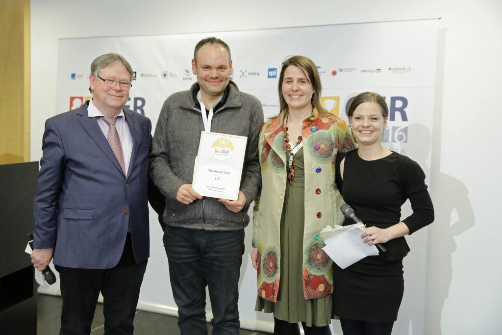 OER-Award 2016 in der Kategorie Leuchtturmprojekt für L3T v.l.n.r. Laudator Karl-Otto Kirst (Zentrale für Unterrichtsmedien im Internet e.V.), Dr. Martin Ebner, Dr. Sandra Schön (L3T), Laudatorin Kristin Narr (Open Educational Resources de - Transferstelle für OER).