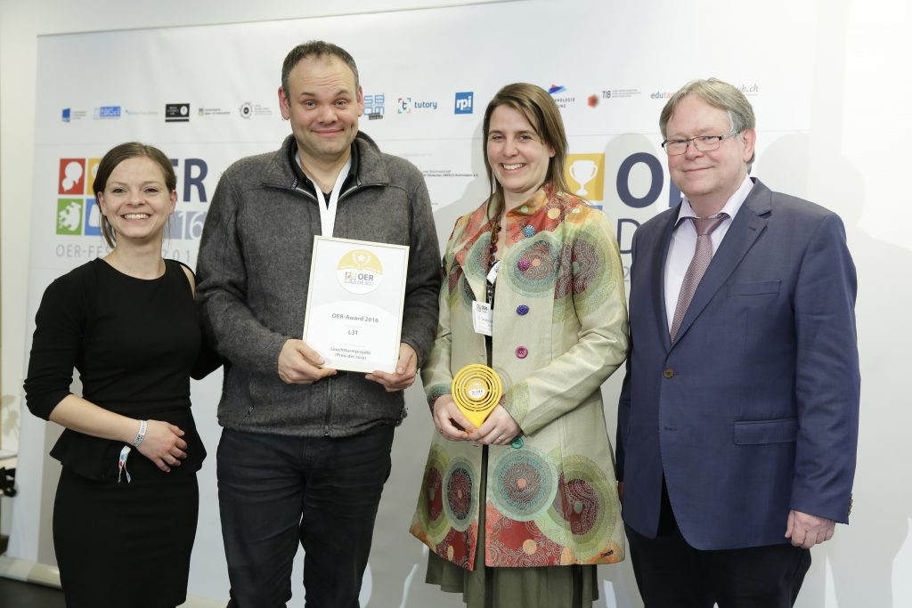 OER-Award 2016 in der Kategorie Leuchtturmprojekt für L3T v.l.n.r. Laudatorin Kristin Narr (Open Educational Resources de - Transferstelle für OER), Laudator Karl-Otto Kirst (Zentrale für Unterrichtsmedien im Internet e.V.), Dr. Martin Ebner, Dr. Sandra Schön (L3T).