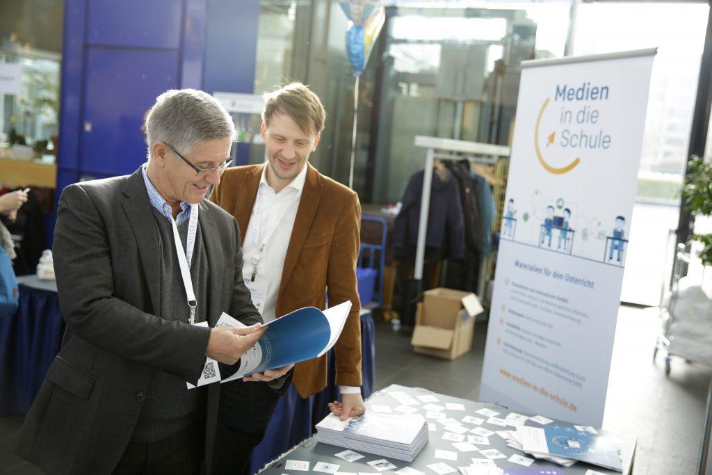 """auf dem Marktplatz: die Materialien von """"Medien in die Schule"""""""