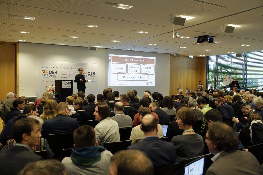 Eröffnung im Plenum: Gastgeber Jöran Muuß-Merholz gibt einen Überblick über das Programm