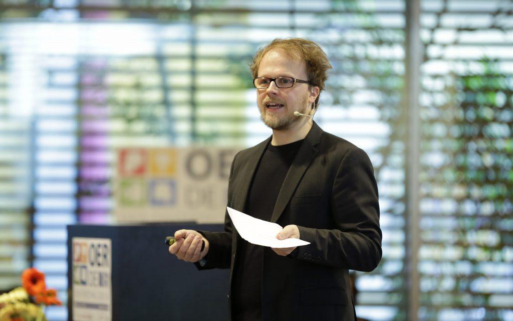 Eröffnung im Plenum: Gastgeber Jöran Muuß-Merholz gibt einen Überblick über das Programm.