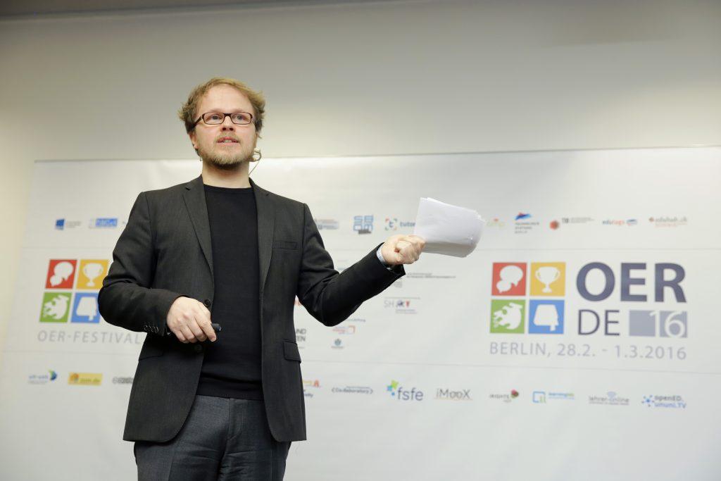 Eröffnung im Plenum: Gastgeber Jöran Muuß-Merholz kündigt das Finale beim fOERder-Award an.