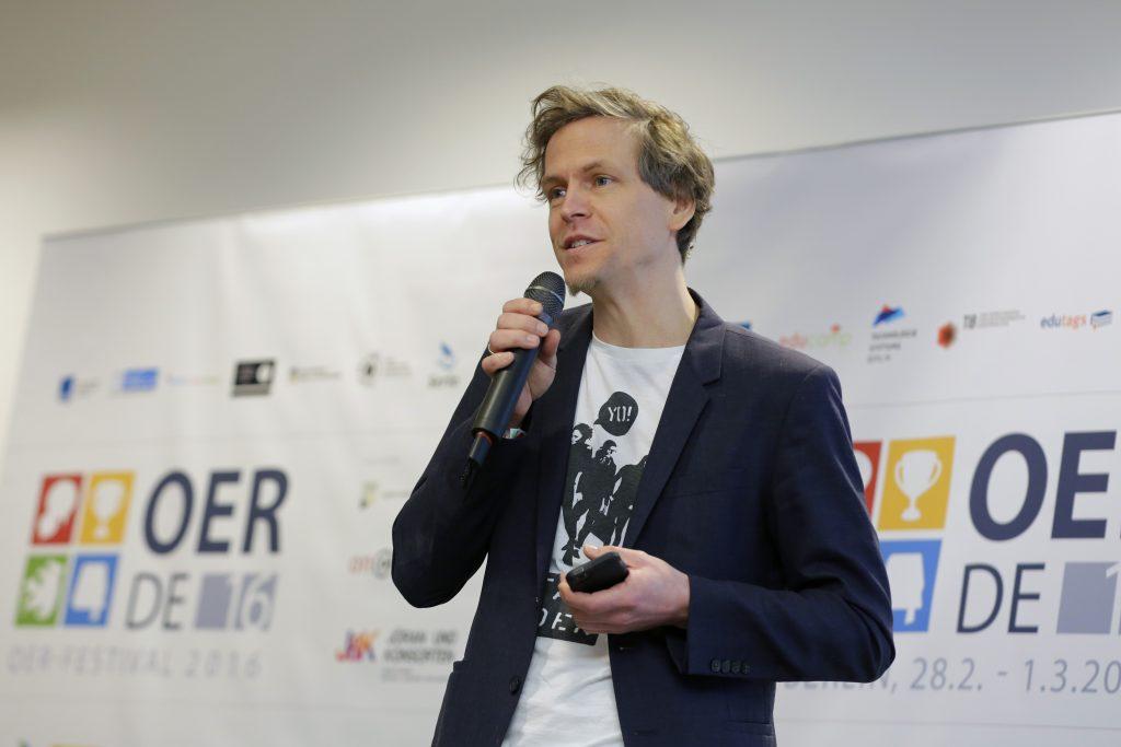 Finale beim fOERder-Award: Sieben Projekte mit neuen OER-Ideen stellen sich vor. Hier der spätere Gewinner Digitale Helden, vertreten durch den rappenden Florian Borns.