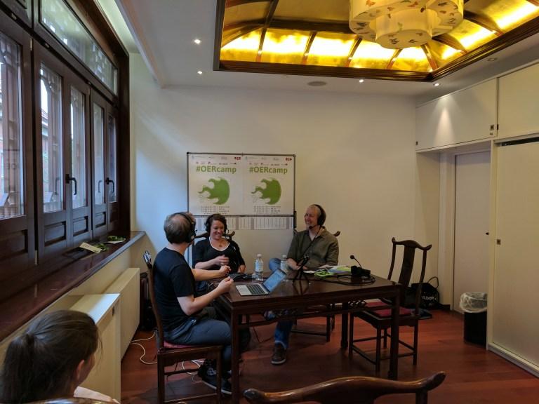 Christina Schwalbe, Tobias Steiner und Jöran Muuß-Merholz bei der Aufzeichnung des Podcasts. Foto von Gabi Fahrenkrog unter CC BY 4.0.