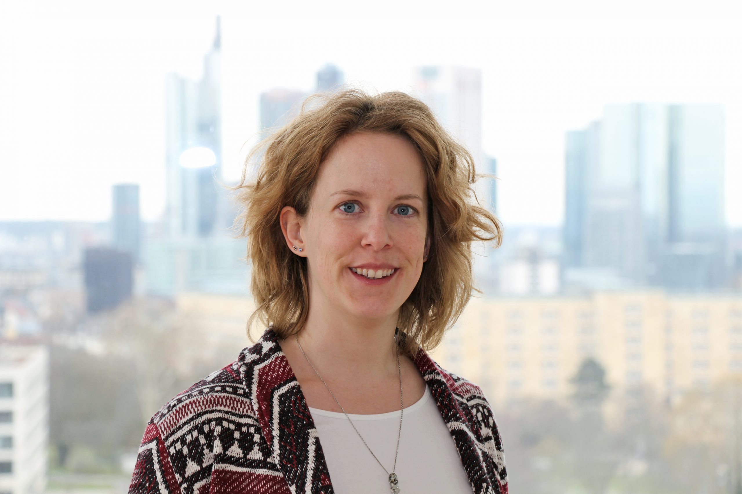 Porträtbild von Tamara Heck in Frankfurt a. M., Skyline im Hintergrud