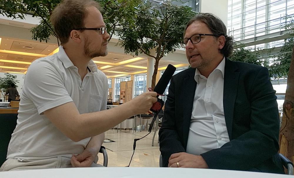 Jöran Muuß-Merholz (li) und Marco Kalz (re) im Gespräch. Ausschnitt aus dem Video, CC BY 4.0 von Jöran Muuß-Merholz.