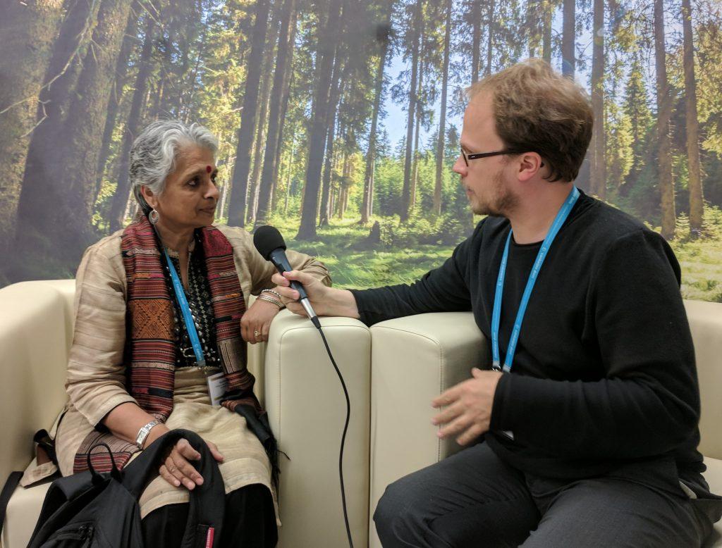 Savithri Singh im Gespräch mit Jöran Muuß-Merholz. Foto von Chris Dies,