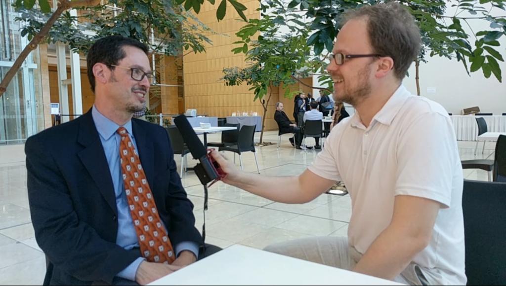 "Jöran Muuß-Merholz (re) und James Glapa-Grossklag (li) im Gespräch. Ausschnitt aus dem Video. Ausschnitt aus dem Video, <a href=""http://creativecommons.org/licenses/by/4.0/"">CC BY 4.0</a> von Jöran Muuß-Merholz."