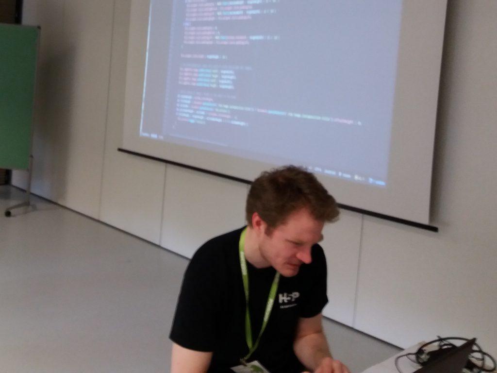 Oliver Tacke in der Session zum H5P-Hacking von Gabi Fahrenkrog für OERinfo unter CC-BY 4.0