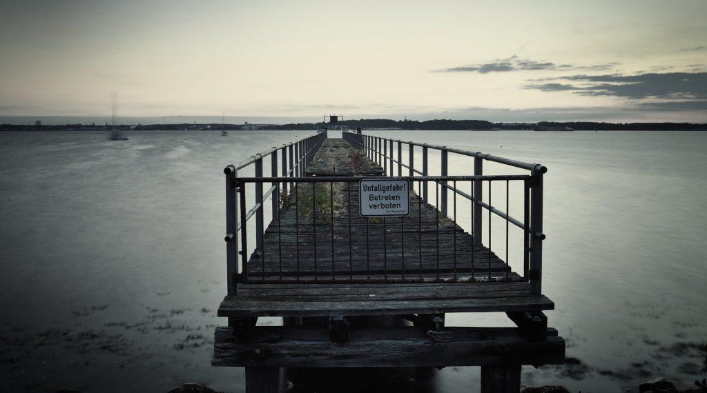 geschlossene Seebrücke am Meer