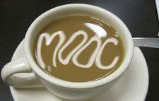 Tasse Cappuccino mit Schriftzug MOOC auf der Oberfläche