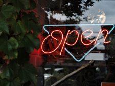 """Neonleuchte mit Schriftzug """"Open"""""""