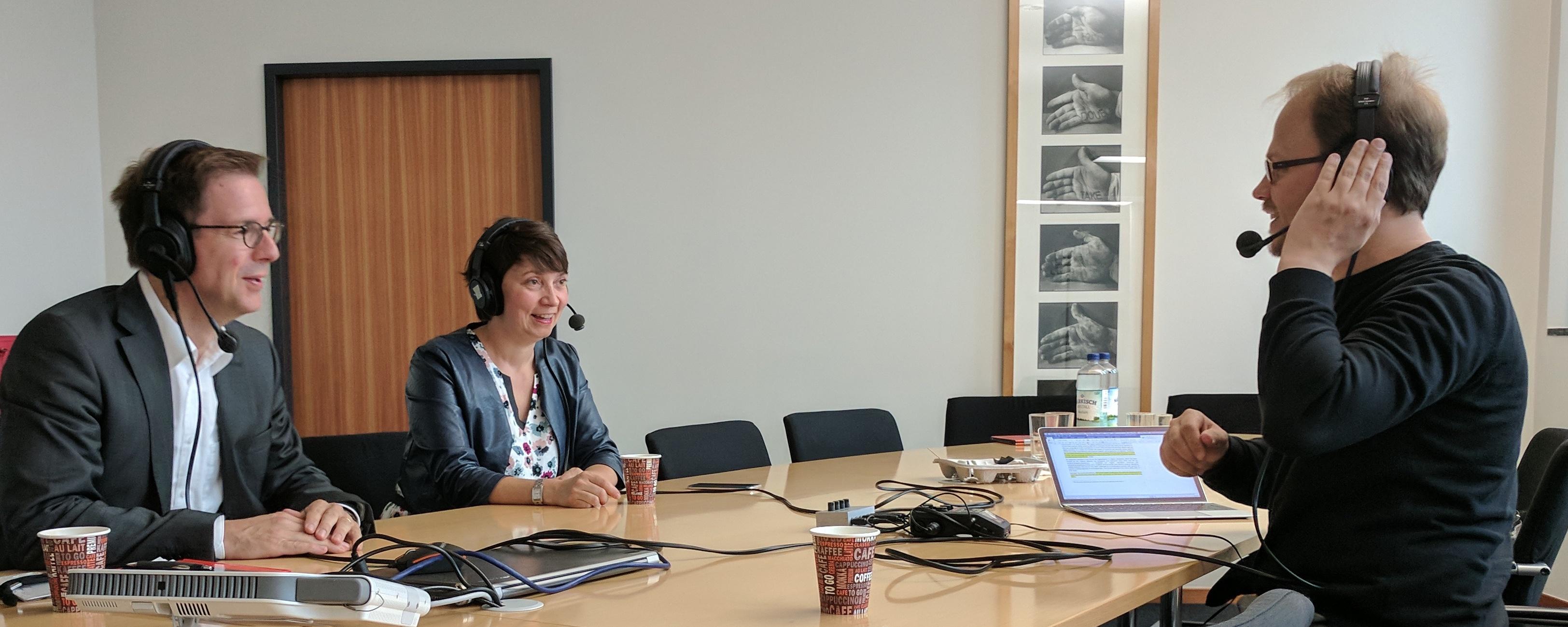 Stephan Pfisterer (li) und Perrine de Coëtlogon (Mitte) im Gespräch mit Jöran Muuß-Merholz (re), Foto von Elena Janßen CC BY 4.0