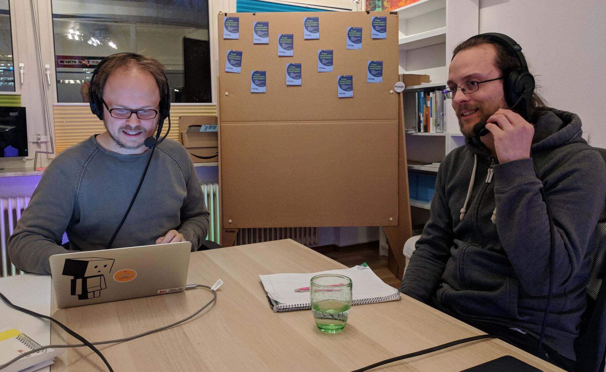 Bildunterschrift: Valentin Dander (re) und Jöran Muuß-Merholz (li) im Gespräch. Foto von Gabi Fahrenkrog unter CC BY 4.0